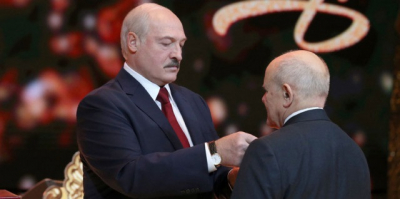 Lukashenko presents state awards to civil servants, performers, journalists